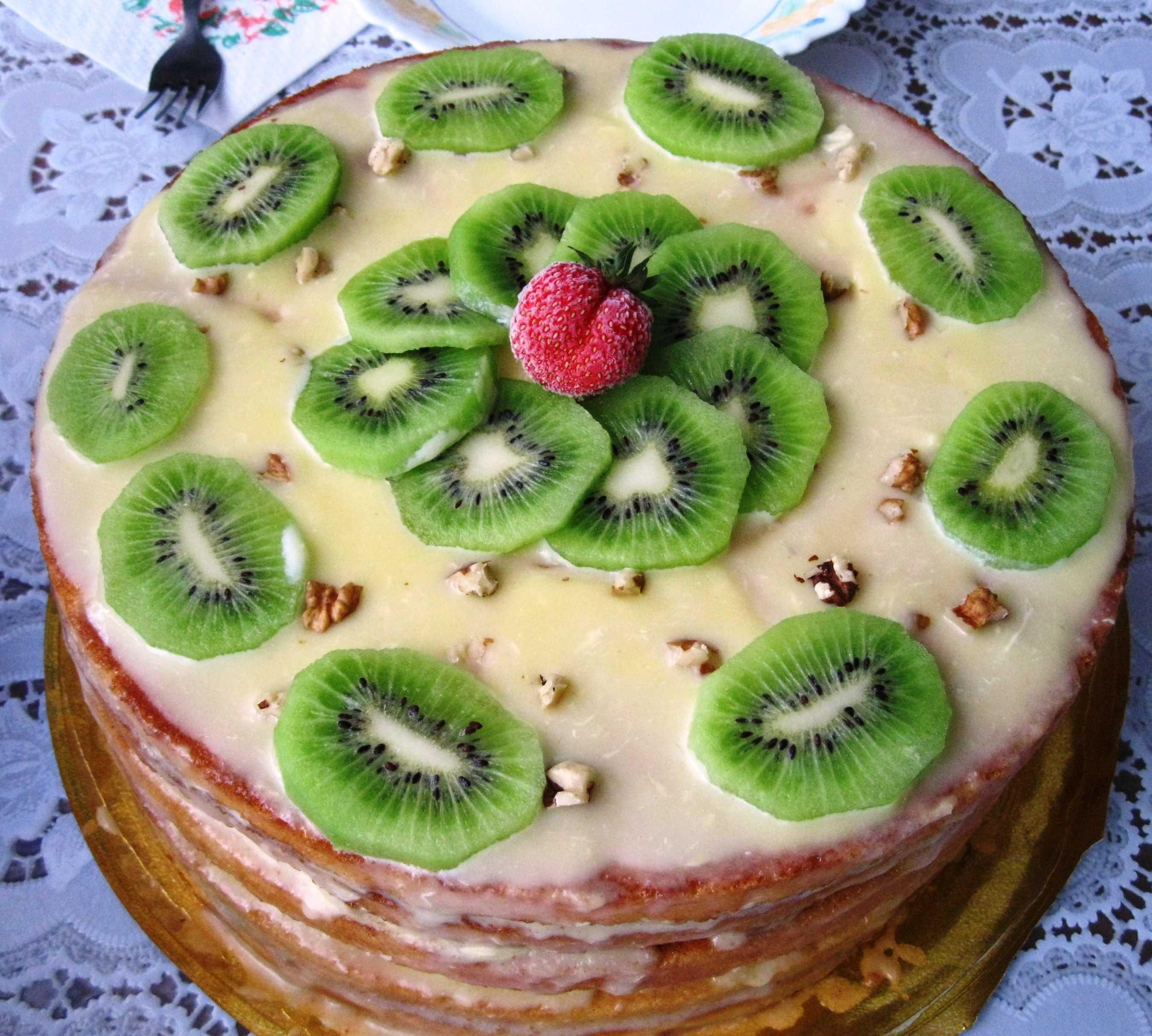 Кремовый свадебный торт (44 фото): красивое украшение торта на свадьбу цветами, оформление красно-белого десерта лебедями, торт-сердце с белковым кремом на подставке